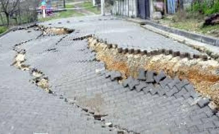 Başkentte kenarında inşaat çalışması yapılan cadde çöktü