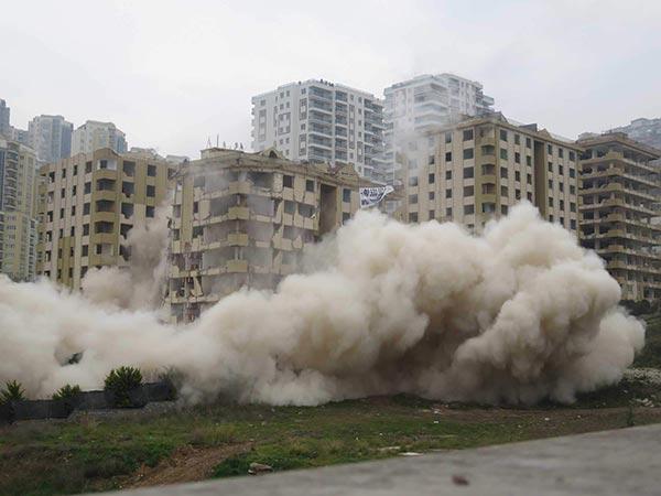 Maltepe'de dinamitle bina yıkımı
