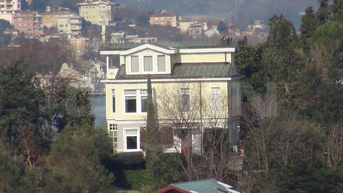 Koc Holding Yonetim Kurulu Baskani Mustafa Koc, Beykoz'daki evinde sabah saatlerinde spor yaparken rahatsizlanarak kalp kriz gecirdi.