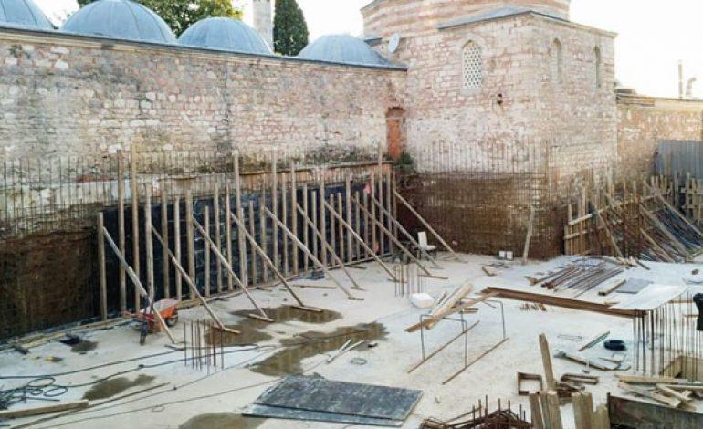 Atik Valide Külliyesi'nin tekke bölümünün yanına betondan bina inşa ediliyor.