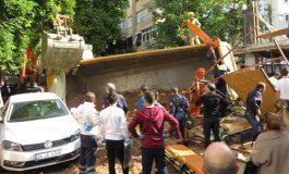 Hafriyat kamyonu devrildi, kamyon altında kalan işçi öldü