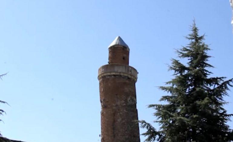 Minaresi eğri, tarihi cami