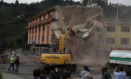 Rize'de altından dere geçen binanın yıkımı tamamlandı
