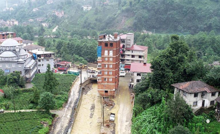Rize Muradiye beldesindeki dere yatağındaki binanın yıkımına başlandı