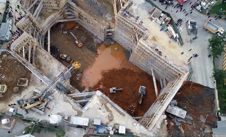 Ümraniye'de inşaat alanı yanındaki yolda göçük